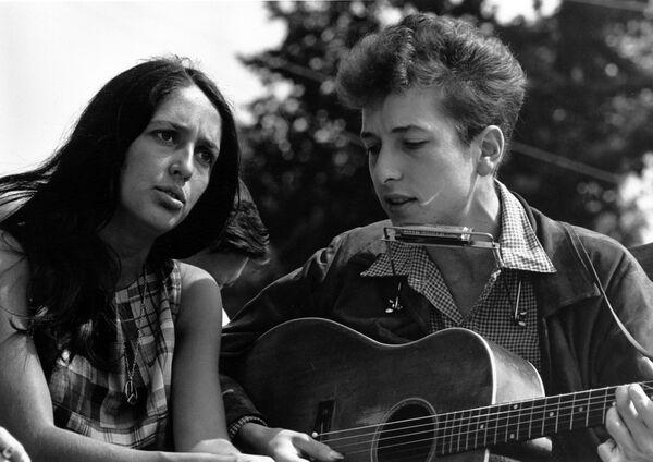"""Bob Dylan a Joan Baez během akce """"Pochod Washingtonem za práci a svobodu"""" v roce 1963 - Sputnik Česká republika"""