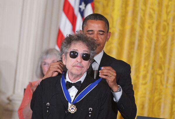 Americký prezident Barack Obama předává Prezidentskou medaili svobody hudebníkovi Bobovi Dylanovi ve Washingtonu v roce 2012 - Sputnik Česká republika