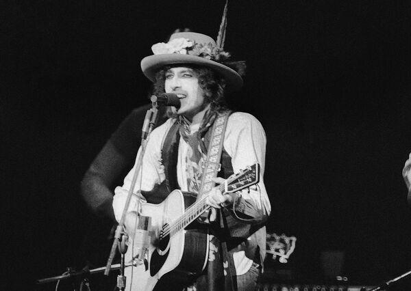 Bob Dylan vystupuje před davem ve vyprodané hale Madison Square Garden v New Yorku v roce 1975 - Sputnik Česká republika