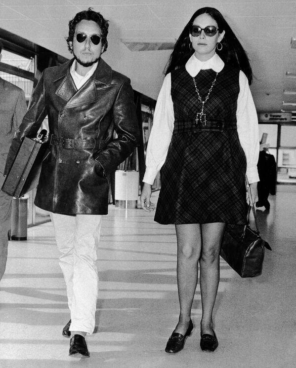 Zpěvák a skladatel Bob Dylan a jeho manželka Sarah opouštějí letiště Heathrow v Londýně v roce 1969 - Sputnik Česká republika