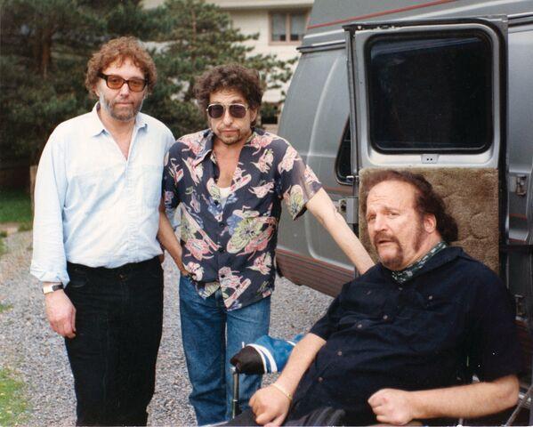 Bob Dylan pózuje fotografovi na svých padesátinách v roce 1991 s přáteli Louisem Kempem (vlevo) a Larrym - Sputnik Česká republika