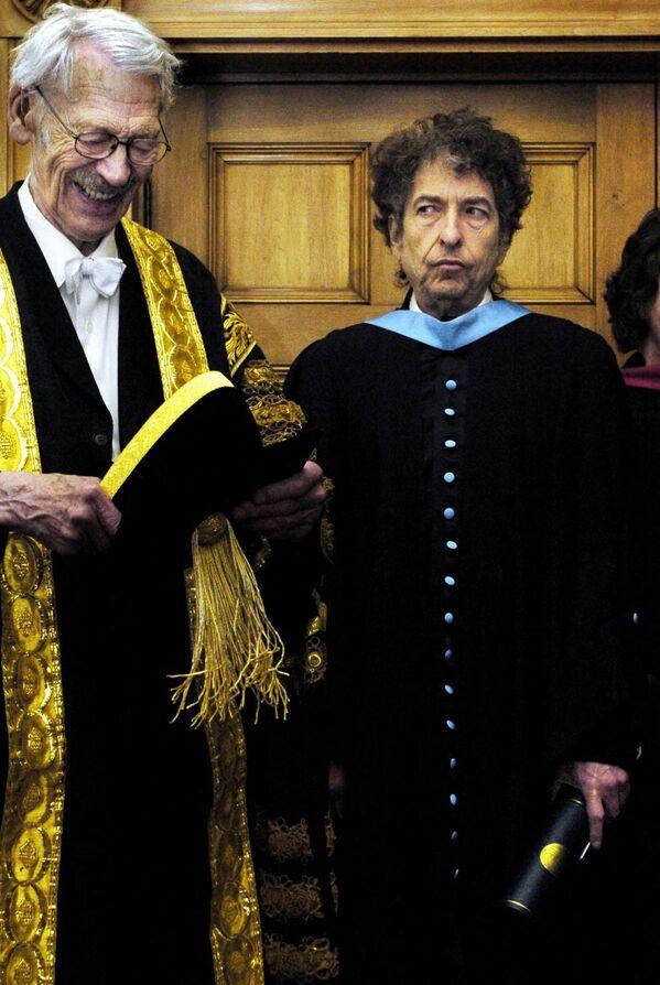 Rocková legenda Bob Dylan (vpravo) získává čestný titul doktora hudby od sira Kennetha Dovera, rektora univerzity St Andrews, r. 2004 - Sputnik Česká republika
