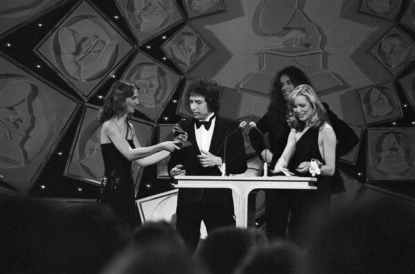 Bob Dylan získává cenu Grammy za svou píseň Gotta Serve Somebody v Los Angeles, r. 1980 - Sputnik Česká republika