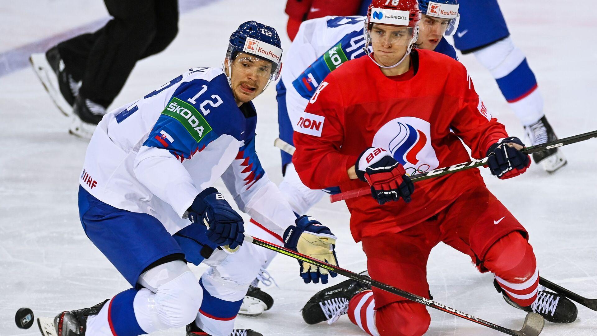 Miloš Kelemen (Slovensko) a Maxim Šalunov (Rusko) v zápase mistrovství světa v ledním hokeji 2021 mezi národními týmy Slovenska a Ruska - Sputnik Česká republika, 1920, 24.05.2021