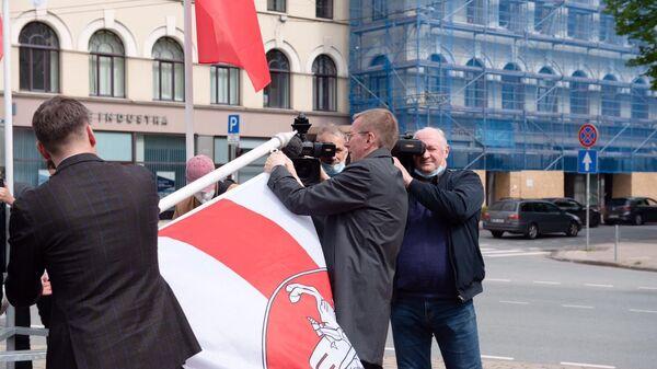Министр иностранных дел Латвии Эдгар Ринкевич меняет флаг Белоруссии на оппозиционную БЧБ-символику - Sputnik Česká republika