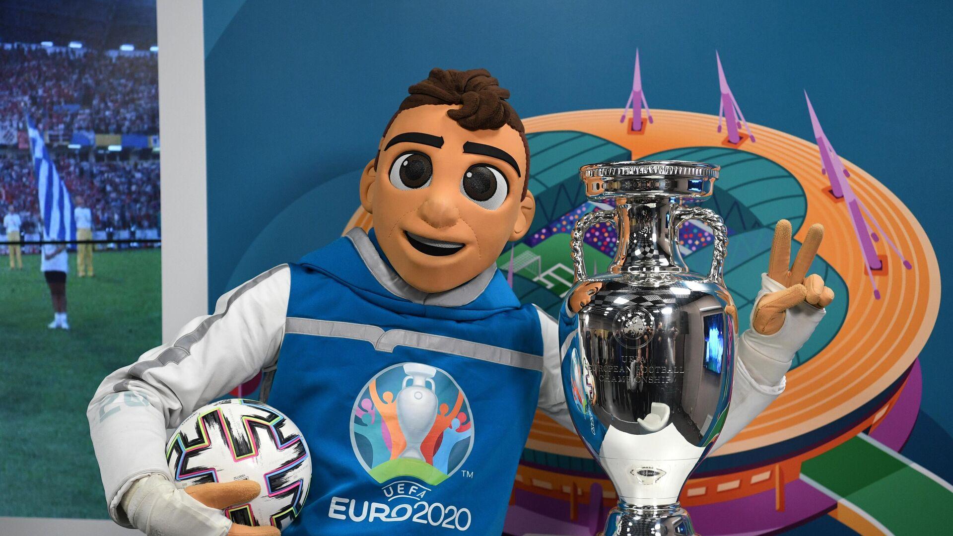 Oficiální maskot EURO 2020 a trofej - Sputnik Česká republika, 1920, 13.06.2021