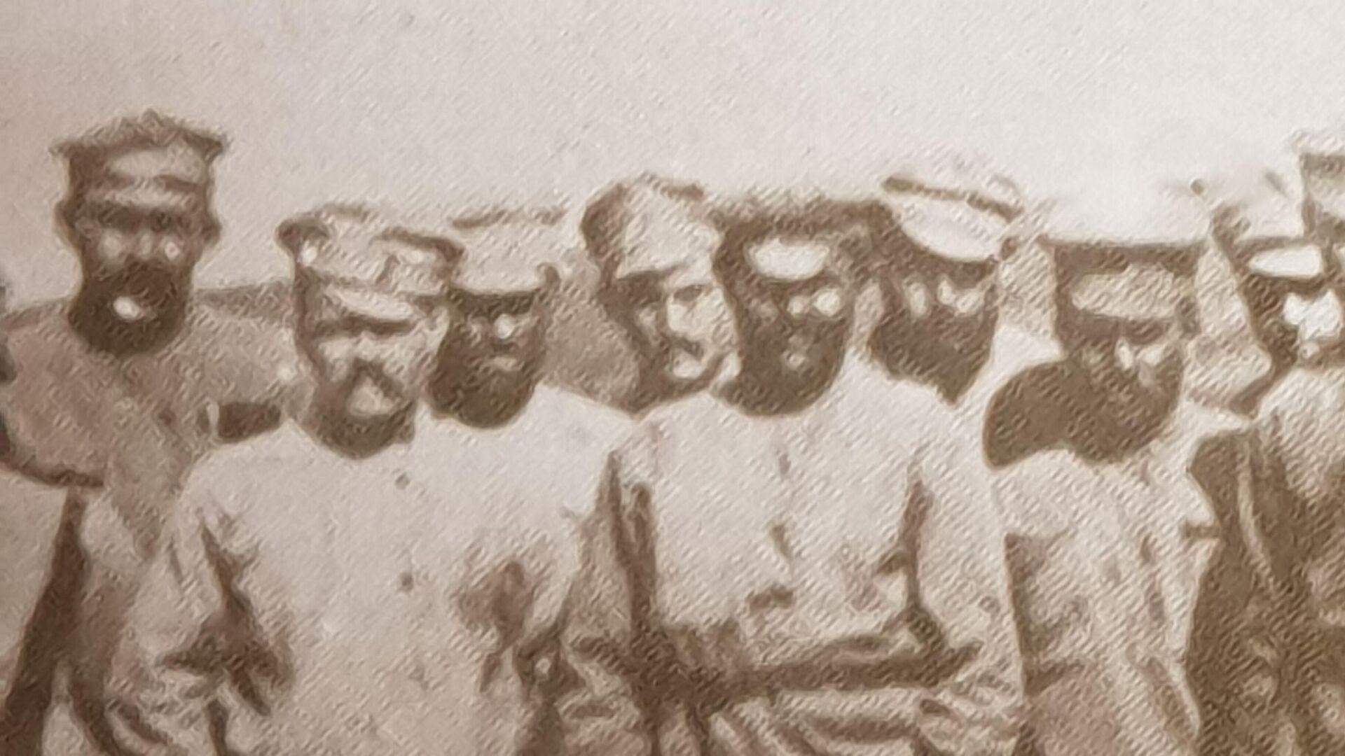 Věnujme pozornost legionářským čepicím s viditelným dvojbarevným proužkem. - Sputnik Česká republika, 1920, 25.05.2021