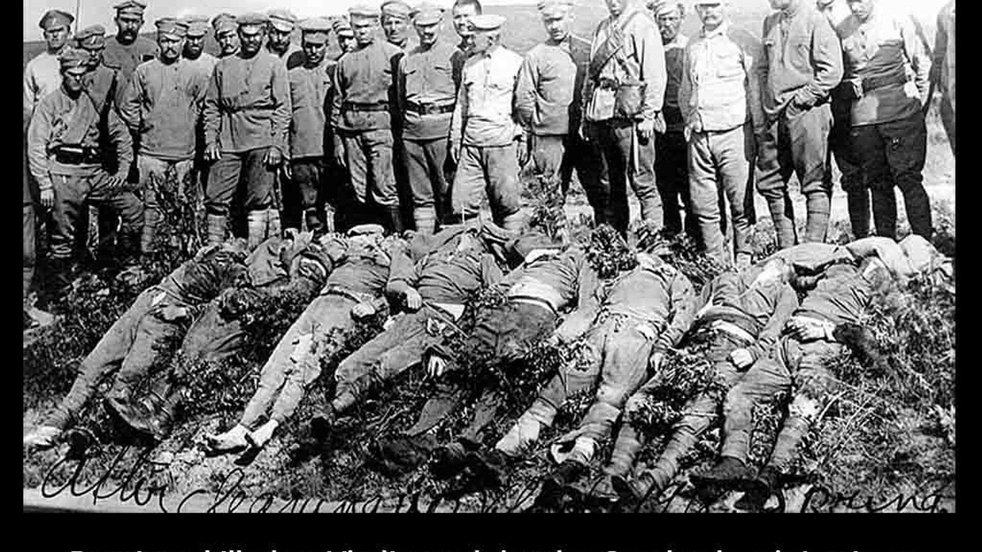 Ten samý snímek, ale s opačnou legendou. Zabití mají být Rusové (bolševici), nad nimi stojí čes. legionáři.  - Sputnik Česká republika, 1920, 25.05.2021