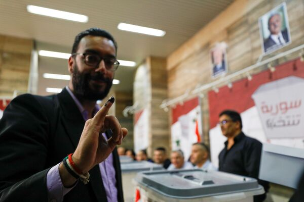 Muž s prstem pokrytým inkoustem během prezidentských voleb v Sýrii - Sputnik Česká republika