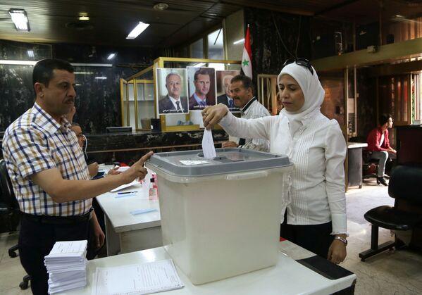 Lidé během hlasování při prezidentských volbách v Sýrii - Sputnik Česká republika