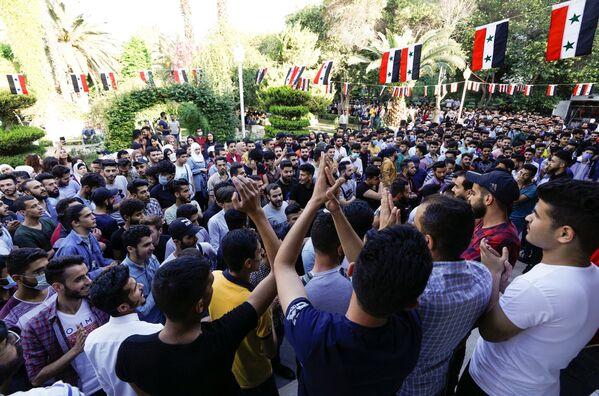 Studenti poblíž volební místnosti během prezidentských voleb v Sýrii - Sputnik Česká republika
