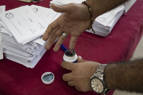 Během prezidentských voleb v Sýrii si muž na prst nanáší inkoust - Sputnik Česká republika