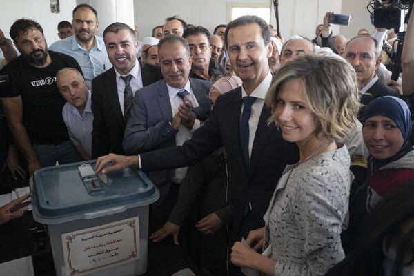 Syrský prezident Bašár Asad s manželkou během hlasování v prezidentských volbách v Sýrii - Sputnik Česká republika