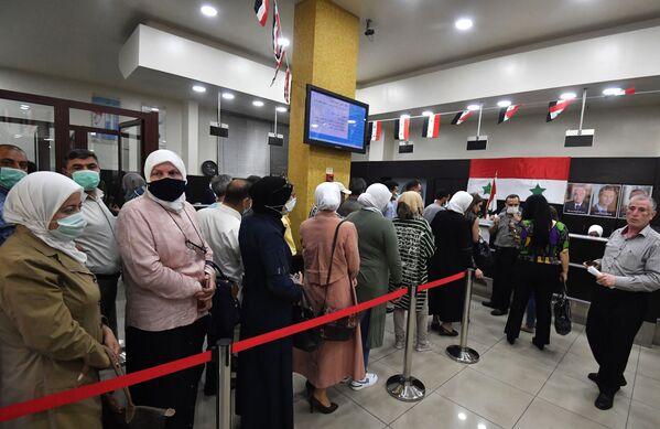 Lidé v jedné z volebních místností v Damašku, kde probíhají prezidentské volby - Sputnik Česká republika