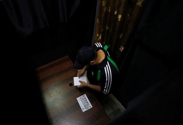 Muž volí v prezidentských volbách v Sýrii ve volební místnosti v Damašku - Sputnik Česká republika