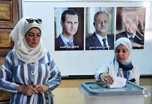 Dívka hlasuje v prezidentských volbách v Sýrii v jedné z volebních místností v Damašku - Sputnik Česká republika