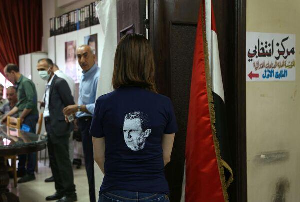 Dívka v tričku s portrétem Bašára Asada při prezidentských volbách v Sýrii - Sputnik Česká republika