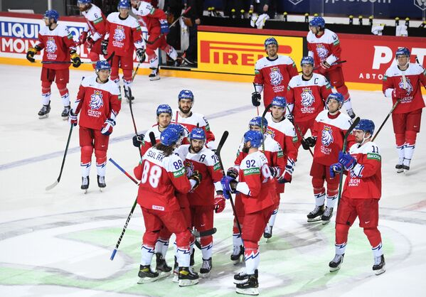 Hráči České republiky slaví vítězství v zápase proti Bělorusku ve skupinové fázi Mistrovství světa v ledním hokeji 2021. - Sputnik Česká republika