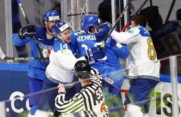 Střety mezi hokejisty v zápase  mezi národními týmy Itálie a Kazachstánu. - Sputnik Česká republika