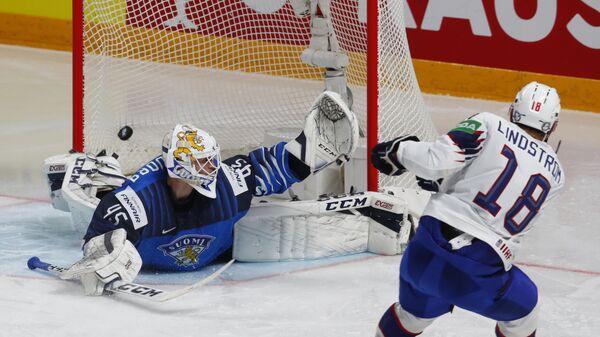 Тобиас Линдстрем из Норвегии забивает вторую шайбу в матче группового этапа чемпионата мира по хоккею 2021 между сборными командами Финляндии и Норвегии - Sputnik Česká republika