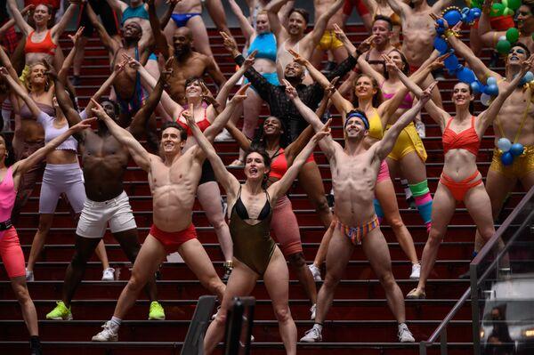 Účastníci charitativní show Broadway Bares na Times Square v New Yorku. - Sputnik Česká republika