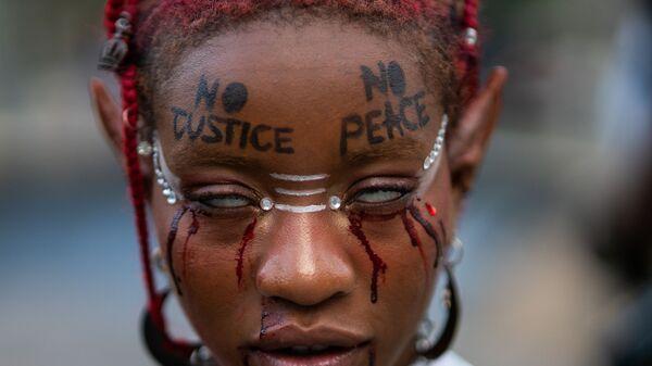 Девушка принимает участие в акции протеста и марше памяти в честь Джорджа Флойда в годовщину его смерти год назад в Нью-Йорке - Sputnik Česká republika