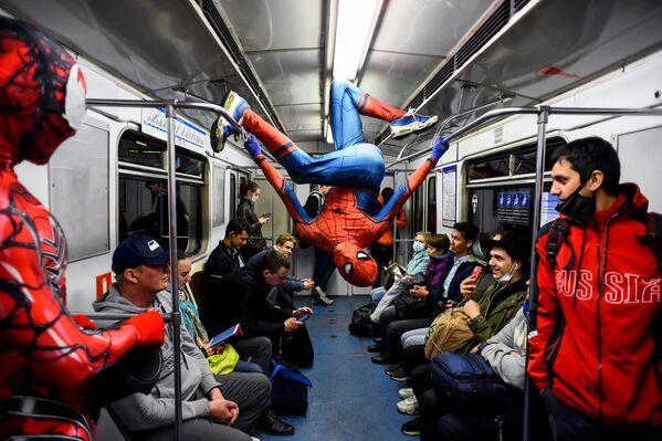 Tanečník v petrohradském metru převlečený za Spidermana . - Sputnik Česká republika