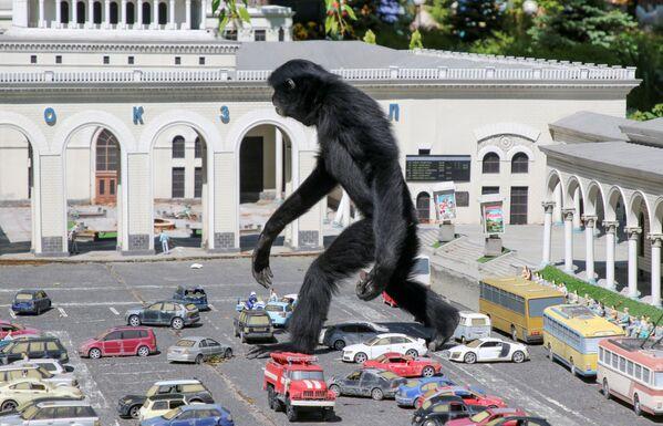 Opice prochází přes modely aut v parku miniatur v Bachčisaraji na Krymu. - Sputnik Česká republika