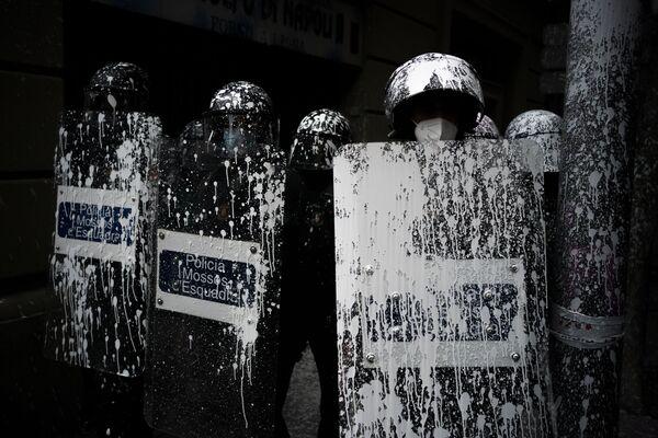 Policisté v Barceloně, které polili barvou protestující, jež se snažili zabránit soudnímu vystěhování Axela Altadilla. - Sputnik Česká republika