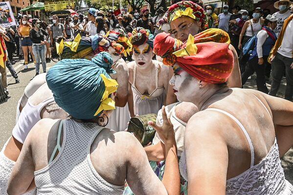 Představení umělců během protestu proti kolumbijskému prezidentovi Ivanovi Duquemu. - Sputnik Česká republika