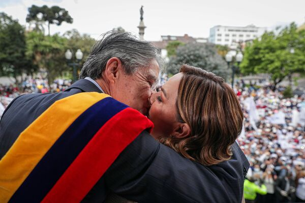 Ekvádorský prezident Guillermo Lasso objímá svou manželku, Maríu de Lourdes Alcívarovou, po složení přísahy. - Sputnik Česká republika