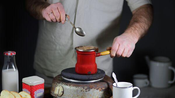 Приготовление кофе в турке на электрической плите - Sputnik Česká republika