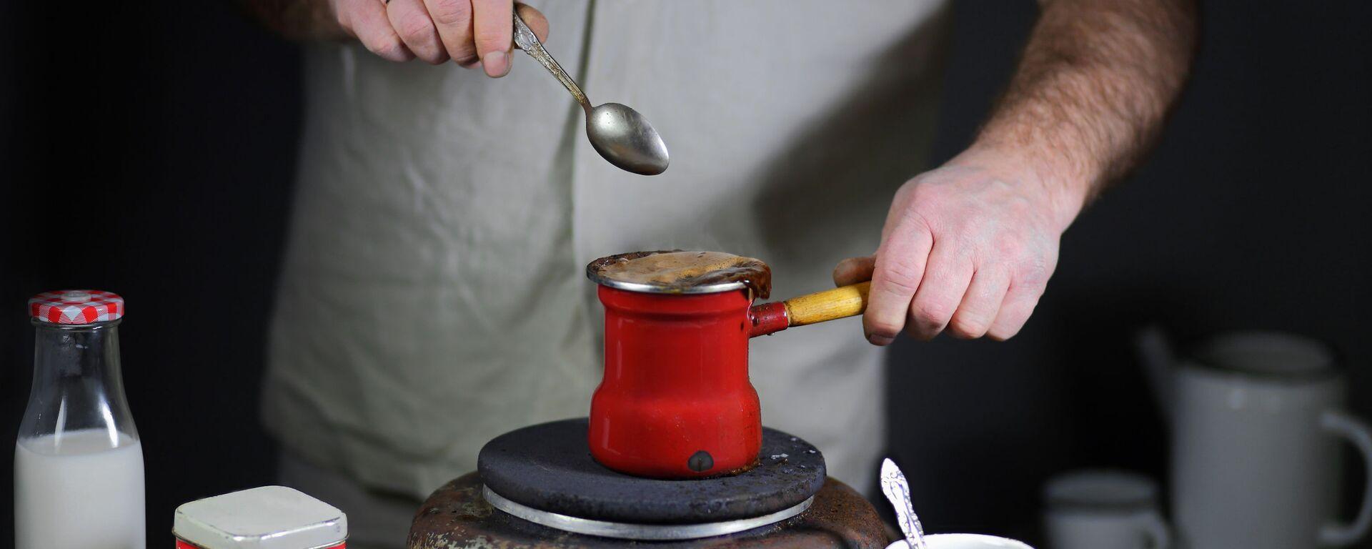 Příprava kávy v džezvu na elektrickém sporáku - Sputnik Česká republika, 1920, 01.06.2021