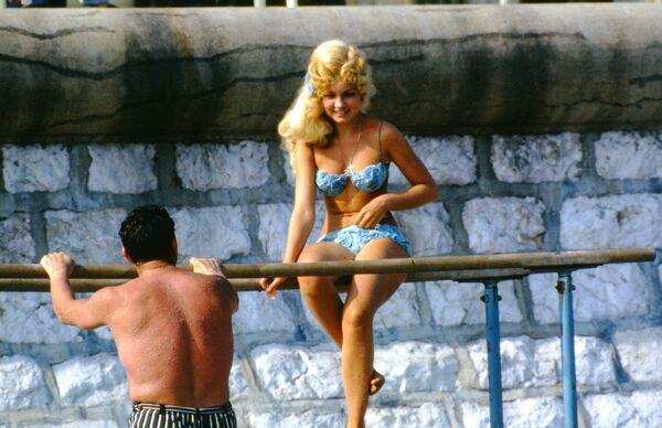 Žena se baví s mužem během opalování. Moskva. - Sputnik Česká republika