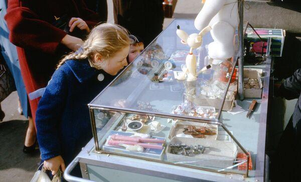 Dívka dívající se na výlohu se sladkostmi. Rok 1964. - Sputnik Česká republika
