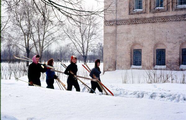 Čtyři ženy s lyžemi. Rok 1964. - Sputnik Česká republika