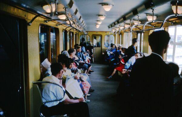 Cestující ve vagónu moskevského metra. Rok 1964. - Sputnik Česká republika
