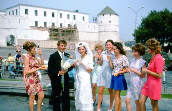 Svatební oslava poblíž Kazaňského Kremlu. Rok 1975. - Sputnik Česká republika