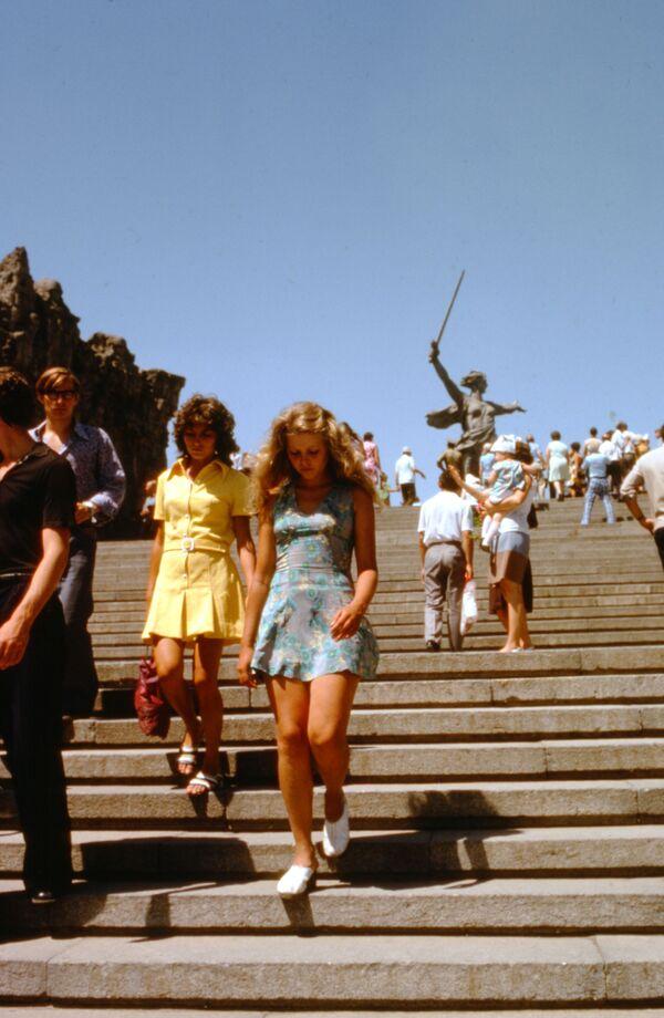 Turisté poblíž monumentální sochy Matka vlast volá na Mamajevově mohyle ve Stalingradu (dnešní Volgograd). - Sputnik Česká republika