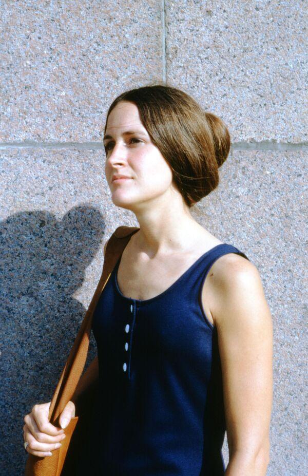 Mladá žena pózuje před kamerou. - Sputnik Česká republika