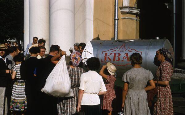 Fronta lidí vedle sudu s kvasem. Rok 1958. - Sputnik Česká republika