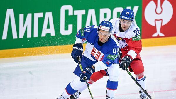 Мислав Росандич (Словакия) и Радан Ленц (Чехия) в матче чемпионата мира по хоккею 2021 между сборными командами Словакии и Чехии - Sputnik Česká republika