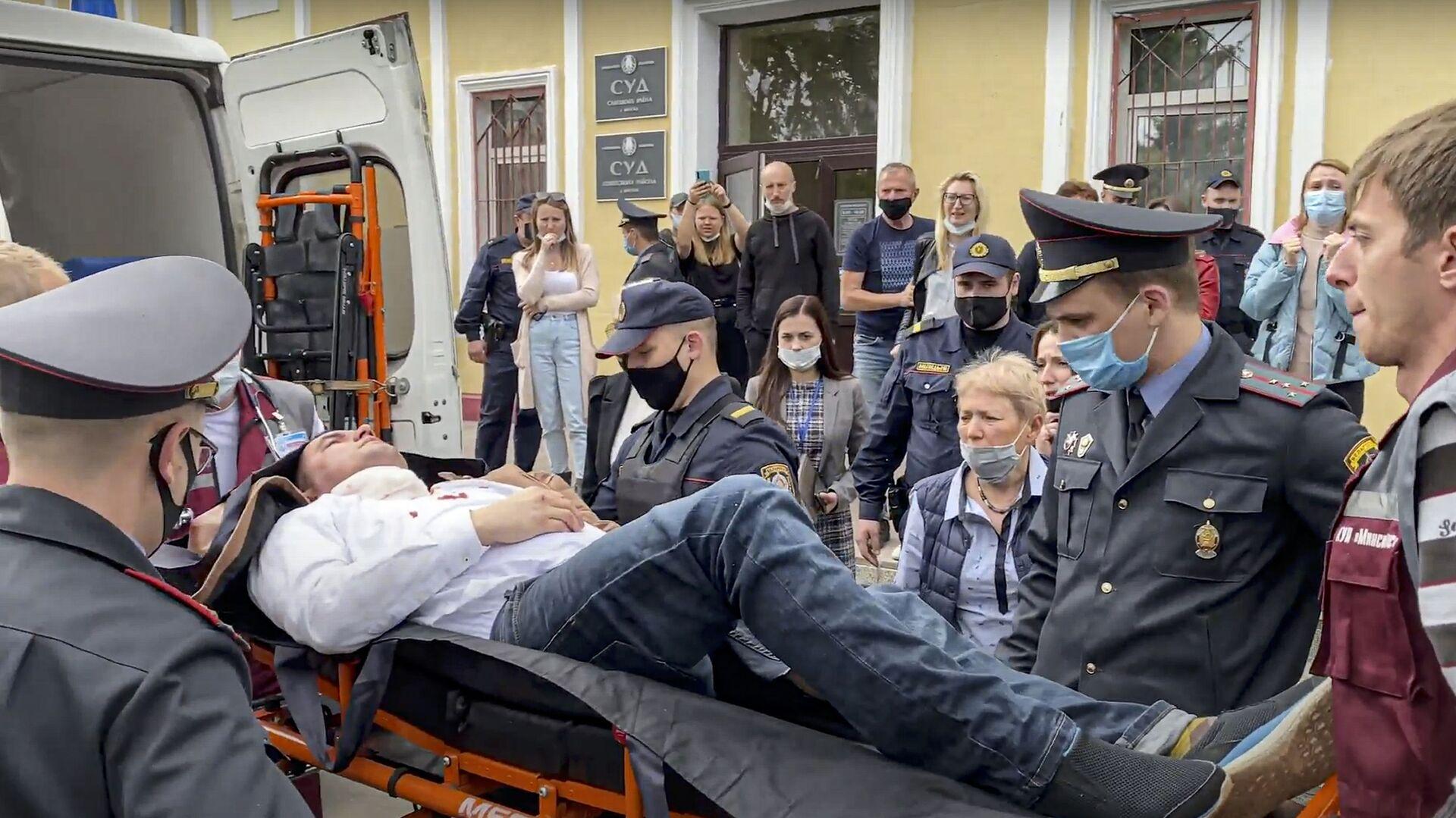 V Minsku se účastník protestních akcí pokusil spáchat sebevraždu v soudní síni - Sputnik Česká republika, 1920, 01.06.2021