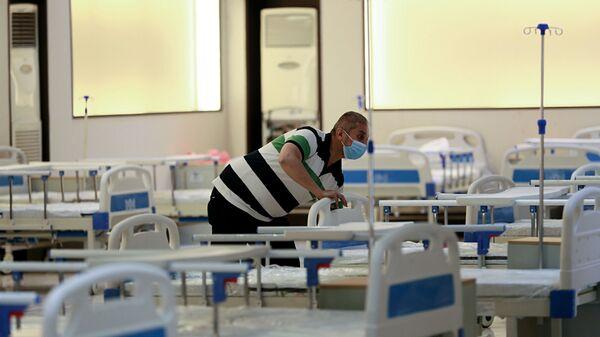 Работник в госпитале для лечения пациентов с COVID-19 в Багдаде, Ирак - Sputnik Česká republika