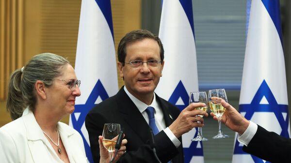 Президент Израиля Ицхак Герцог с женой празднуют его избрание после специальной сессии Кнессета - Sputnik Česká republika