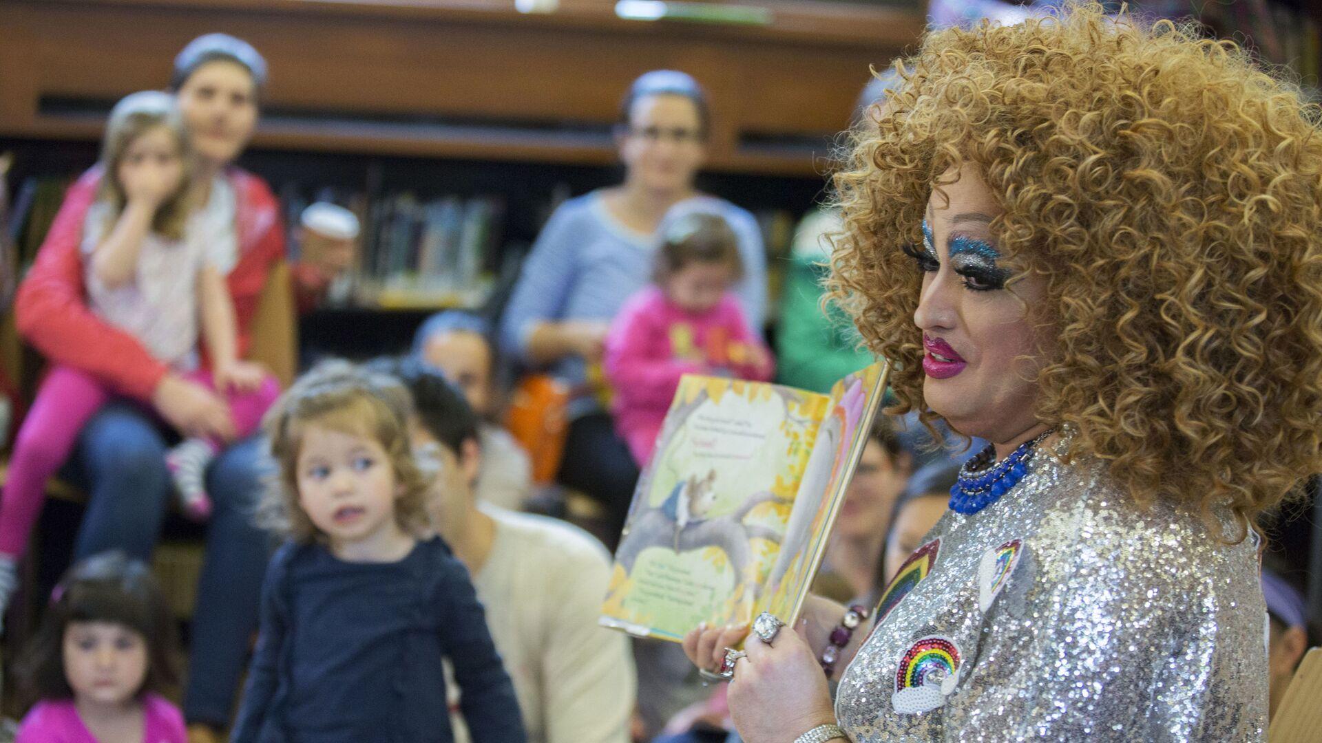 Lil Miss Hot Mess čte knihu dětem v newyorkské knihovně - Sputnik Česká republika, 1920, 02.06.2021
