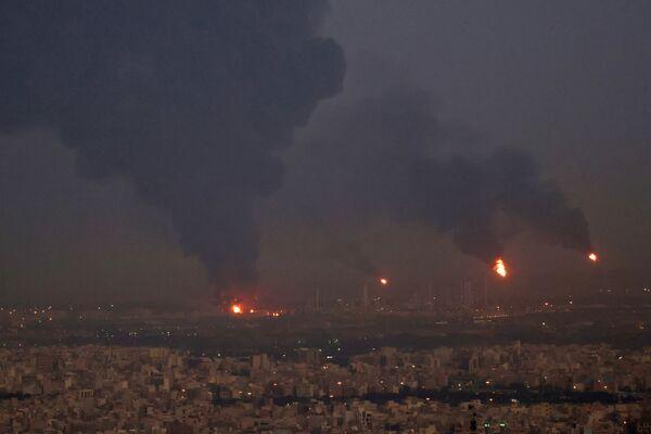 Kouř z výbuchu v rafinérii v Teheránu - Sputnik Česká republika