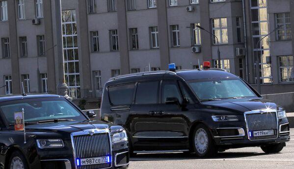 Auta Aurus Kortež (vlevo) a minivan Arsenalu průvodu ruského prezidenta - Sputnik Česká republika