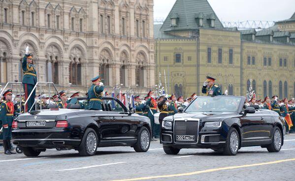 Ruský ministr obrany Sergej Šojgu (vpravo) a vrchní velitel ruské armády Oleg Saljukov na vojenské přehlídce u příležitosti 76. výročí vítězství ve druhé světové válce v Moskvě - Sputnik Česká republika