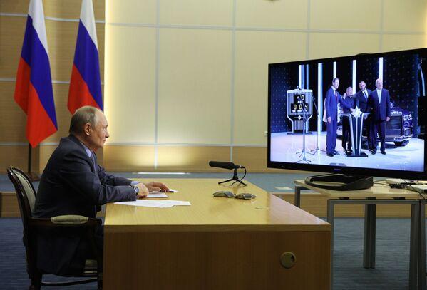 Vladimir Putin na videohovoru se účastní slavnostního zahájení závodu Aurus - Sputnik Česká republika
